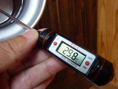 デジタルペンサーモで水温チェック