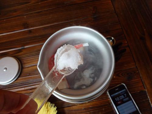 アルポットのお湯に塩を入れる
