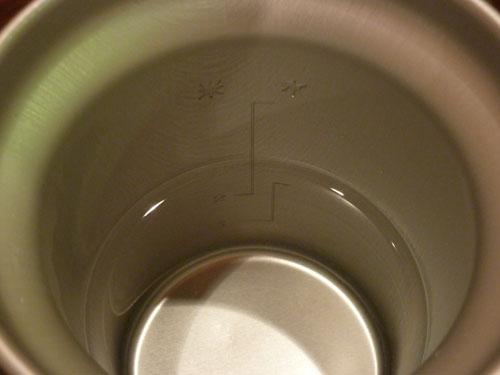 アルポットのアルミ容器に水を適当量