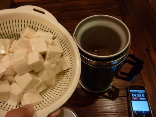 アルポットに豆腐を投入