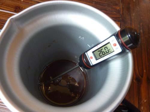 アルポットに入れたぜんざいのお汁を温度測定