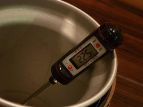 アルポット内の水の温度を測定